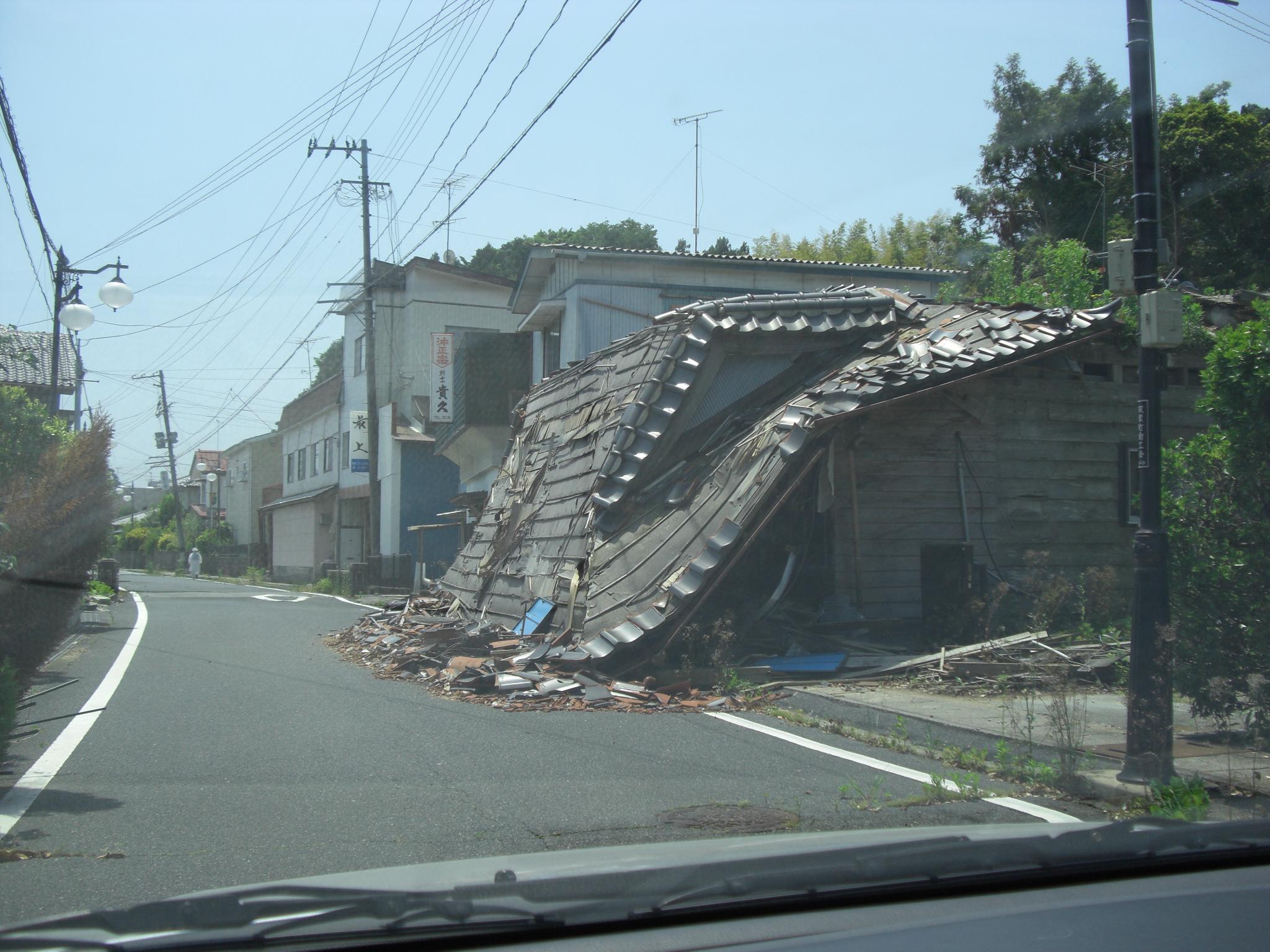 道路に倒壊している家屋 : 原発...